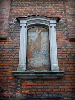 """Fresk """"Zdjęcie z krzyża"""" w murze prezbiterium kościoła św. Mateusza. Opalenica, powiat nowotomyski."""