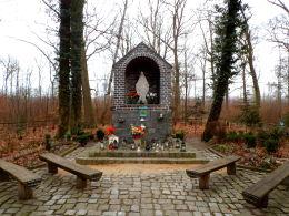 Przydrożna kapliczka Matki Boskiej w lesie przy drodze do Buku. Opalenica, powiat nowotomyski.