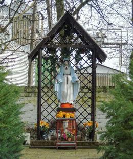 Kapliczka Matki Boskiej w parku pałacowym. Pakosław, gmina Lwówek, powiat nowotomyski.