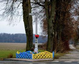 Krzyż przydrożny z figurką Matki Boskiej. Pakosław, gmina Lwówek, powiat nowotomyski.