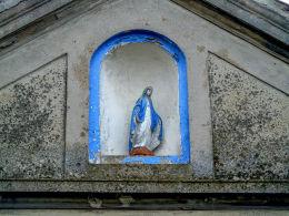 Kapliczka wnękowa Matki Boskiej w szczycie domu nr 19. Pakosław, gmina Lwówek, powiat nowotomyski.