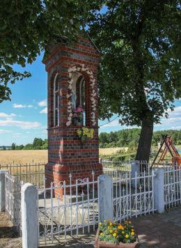 Murowana kapliczka przydrożna z figurą Matki Boskiej. Perzyny, gmina Zbąszyń, powiat nowotomyski.