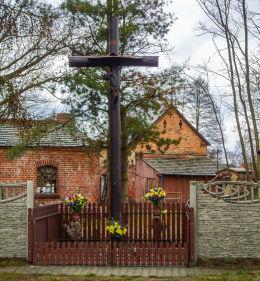Krzyż przydrożny przy drodze Nowy Tomyśl - Duszniki. Róża, gmina Nowy Tomyśl, powiat nowotomyski.