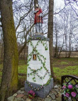 Przydrożna kapliczka św. Wawrzyńca na skraju parku dworskiego. Śliwno, gmina Koślin, powiat nowotomyski.