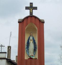 Kapliczka przydrożna Matki Boskiej z 1899 r. odnowiona w 2012 r. Śliwno, gmina Koślin, powiat nowotomyski.