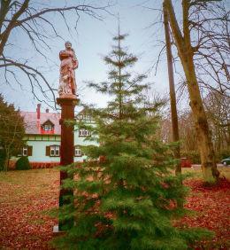 Przydrożna kapliczka św. Rocha przed budynkiem leśnictwa. Tomaszewo, gmina Kuślin, powiat nowotomyski.