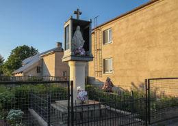 Przydrożna kapliczka z figurą Matki Boskiej. Zakrzewko, gmina Zbąszyń, powiat nowotomyski.