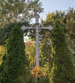 Krzyż przydrożny, metalowy stojący na rozstaju dróg. Zakrzewko, gmina Zbąszyń, powiat nowotomyski.