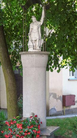 Przydrożna kapliczka słupowa z figurą św. Floriana. Zbąszyń, powiat nowotomyski.