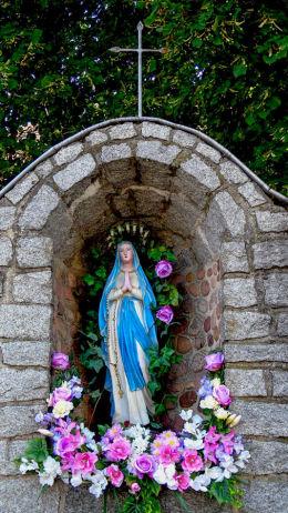 Figura Matki Boskiej w grocie przy kolegiacie. Zbąszyń, powiat nowotomyski.