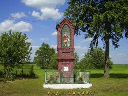 Przydrożna kapliczka słupowa z 1927 r. Wiktorówko, gmina Łobżenica, powiat pilski.