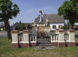 W 1881 r. Józef Pierdzioch ustawił przy drodze kapliczkę Matki Boskiej, którą Niemcy podczas II wojny światowej rozebrali, aby w 1946 r. mieszkańcy ponownie ją ustawili na starych fundamentach wg projektu Antoniego Gładycha. Byszki, gmina Ujscie, powiat pilski.