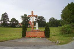 Krzyż na rozstaju dróg. Górka Klasztorna, gmina Łobżenica, powiat pilski.