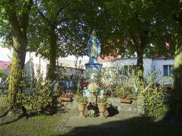 Przydrożna kapliczka w centrum wsi. Krostkowo, gmina Białośliwie, powiat pilski.