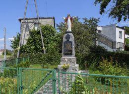 Do budowy kapliczki wykorzystano cokół pomnika upamiętniającego mieszkańców Motylewa poległych w I wojnie światowej. Piła - Motylewo, powiat pilski.