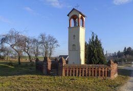 Przydrożna kamienna kapliczka słupowa z wnęką. Róża Wielka, gmina Szydłowo, powiat pilski.