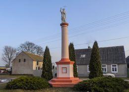 Słupowa kapilczka stojąca obok plebani. Skrzatusz, gmina Szydłowo, powiat pilski.