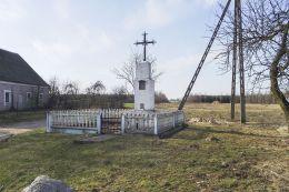 Krzyż przydrożny metalowy na kamiennym postumencie. Kłoda, gmina Szydłowo, powiat pilski.