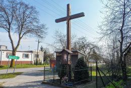 Krzyż przydrożny drewniany z kapliczką. Chrustowo, gmina Ujście, powiat pilski.