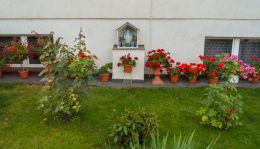 Przydomowa kapliczka oszklona z figurą św. Maryi. Dziembówko, gmina Kaczory, powiat pilski.