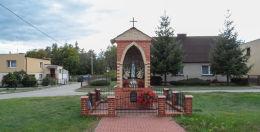 Kapliczka przydrożna murowana. Dziembówko, gmina Kaczory, powiat pilski.