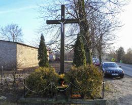 Przydrożny krzyż drewniany. Grabówno, gmina Miasteczko Krajeńskie, powiat pilski.