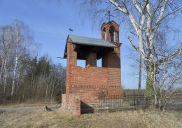 Obok kapliczki z figurą Matki Boskiej z 1899 roku, miejscowy gospodarz wybudował w 1912 roku dzwonnicę i zawiesił na niej dwa dzwony na pamiątkę wyświęcenia na księży swoich dwóch braci. Kapliczkę zniszczyli Niemcy we wrześniu 1939 roku.  Dzwony zagięły podczas działań wojennych. Jeziorki gmina Kaczory, powiat pilski.