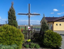 Krzyż przydrożny metalowy z kapliczką. Jeziorki, gmina Kaczory, powiat pilski.