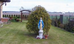 Przydrożna kapliczka z frigurą św. Maryi. Jeziorki, gmina Kaczory, powiat pilski.
