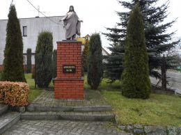 Kapliczka przydrożna na plebani w Dziembowie. Dziembowo, gmina Kaczory, powiat pilski.