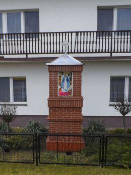 Przydrożna kapliczka z 1992 roku. Krzewina, gmina Kaczory, powiat pilski.