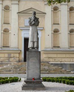 Figura św. Rafała Kalinowskiego przed kościołem karmelitów na Wzgórzu Św. Wojciecha. Poznań, Poznań.