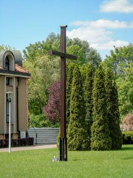 Krzyż przy kościele Nawrócenia św. Pawła na Osiedlu Piastowskim. Poznań, Poznań.