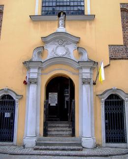 Figura Matki Boskiej z Dzieciątkiem nad wejściem do kościoła Najświętszej Krwi Pana Jezusa. Poznań, Poznań.