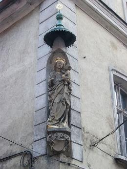 Kapliczka Matki Boskiej z Dzieciątkiem w narożniku kamienicy przy ulicy Koziej 4. Poznań, Poznań.