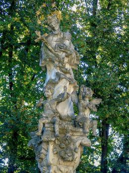 Barokowa figura św. Jana Nepomucena na dziedzińcu pałacu arcybiskupiego. Pozna, Poznań.