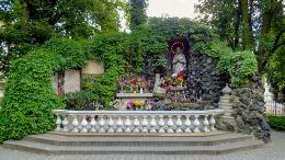 Grota Matki Boskiej z Lourdes przy kościele Matki Boskiej Bolesnej przy ulicy Głogowskiej. Poznań, Poznań.