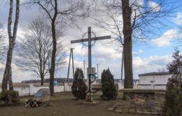Krzyż w miejscu pamięci więźniów hitlerowskiego obozu w Żabikowie Jeziorki, gmina Stęszew, powiat poznanski.