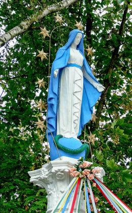 Figura Matki Boskiej z 1905 r. przed kościołem. Konarzewo, gmina Dopiewo, powiat poznanski.