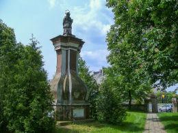 Przydrożna barokowa figura św Jana Nepomucena (przed renowacją). Modrze, gmina Stęszew, powiat poznanski.
