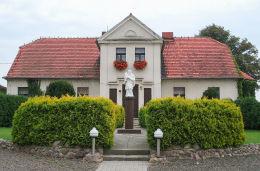 Figura św. Jana Nepomucena przed plebanią. Modrze, gmina Stęszew, powiat poznanski.
