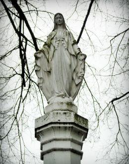 Przydrożna kapliczka słupowa Matki Boskiej. Zniszczona w czasie okupacji, odbudowana w 2001 r. Mosina, powiat poznanski.