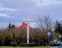 Krzyż przydrożny na skwerze przy ulicy Poznańskiej. Mosina, powiat poznanski.