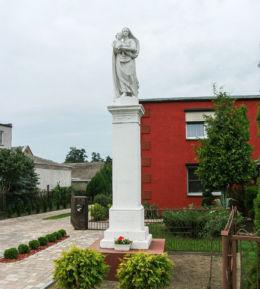 Kapliczka słupowa Matki Boskiej z Dzieciątkiem z 1899 r. Sapowice, gmina Stęszew, powiat poznanski.
