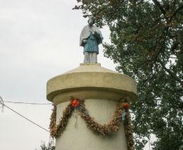Przydrożna kapliczka słupowa św. Jana Nepomucena. Sapowice, gmina Stęszew, powiat poznanski.