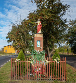 Przydrożna kapliczka z figurą Chrystusa. Trzcielin, gmina Dopiewo, powiat poznanski.