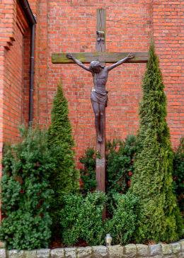 Krzyż pasyjny przy kościele parafialnym. Zakrzewo, gmina Dopiewo, powiat poznanski.