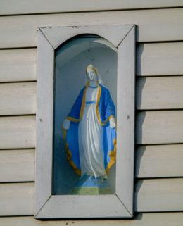 Kapliczka ścienna Matki Boskiej na domu nr 6 przy ulicy Głównej. Zaparcin, gmina Stęszew, powiat poznanski.