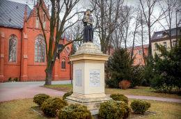 Figura św. Stanisława Kostki przy kościele pw. Chrystusa Króla i Zwiastowania NMP. Rawicz, powiat rawicki.