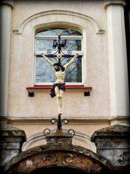 Krzyż pasyjny nad wejściem do domu zakonnego elżbietanek. Rawicz, powiat rawicki.
